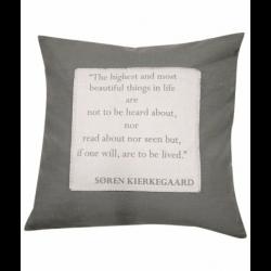Pudebetræk med citat fra Søren Kierkegaard
